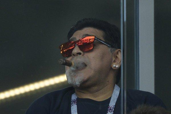 В соцсетях посмеялись над Марадоной с сигарой на стадионе Спартак