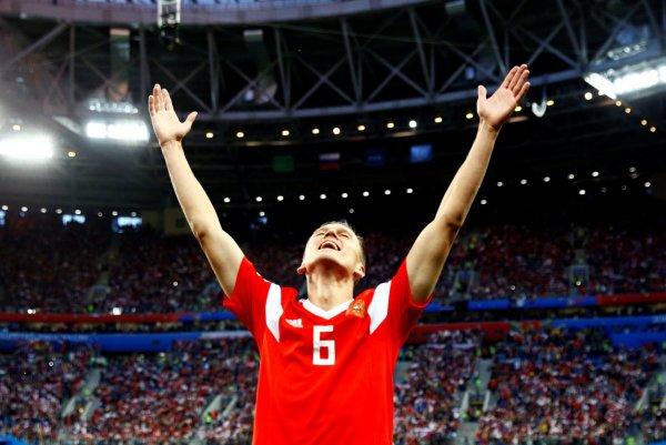 «Молодцы»: Смолов станцевал на столе в раздевалке российской сборной