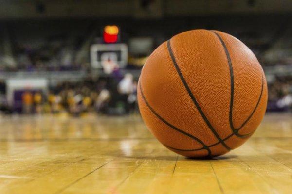 В США на баскетбольном матче подрались игроки и судьи